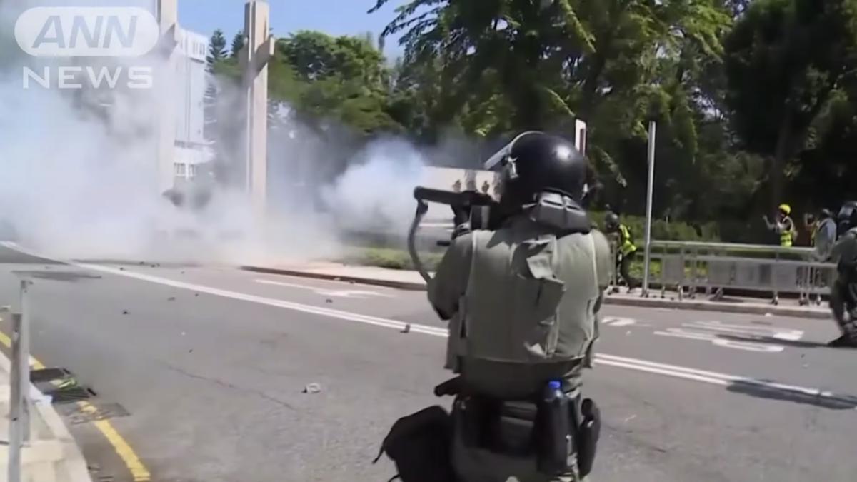 香港で警察が…実弾を発砲、1人重体